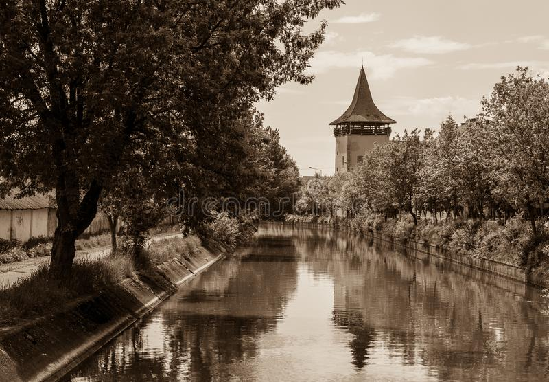 Elévese cerca del canal, sepia, Targu Mures, Rumania fotografía de archivo