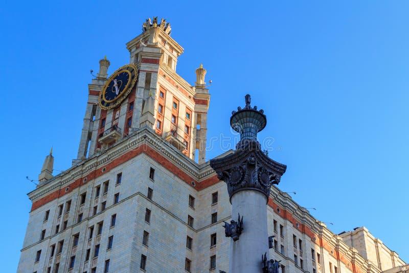 Elévese con el reloj de la universidad de estado de Lomonosov Moscú MSU contra columna por la tarde soleada del verano fotos de archivo libres de regalías