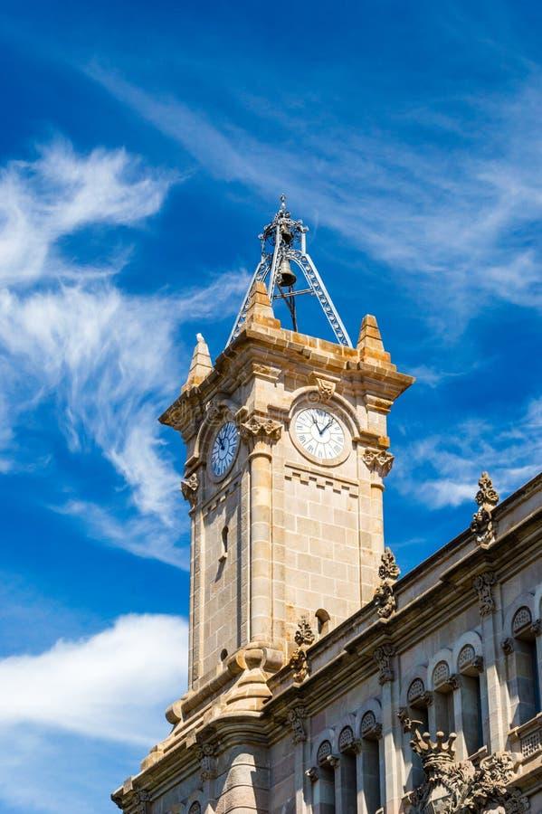 Elévese con el reloj del consejo municipal del distrito de Sants-Montjuic imágenes de archivo libres de regalías