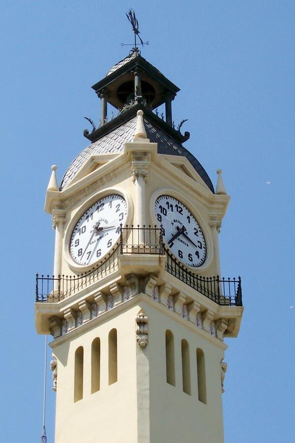 Elévese con el reloj en el puerto de Valencia imagenes de archivo