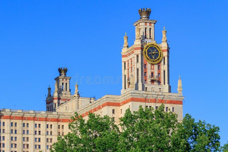 Elévese con el termómetro de la universidad de estado de Lomonosov Moscú MSU contra el cielo azul foto de archivo