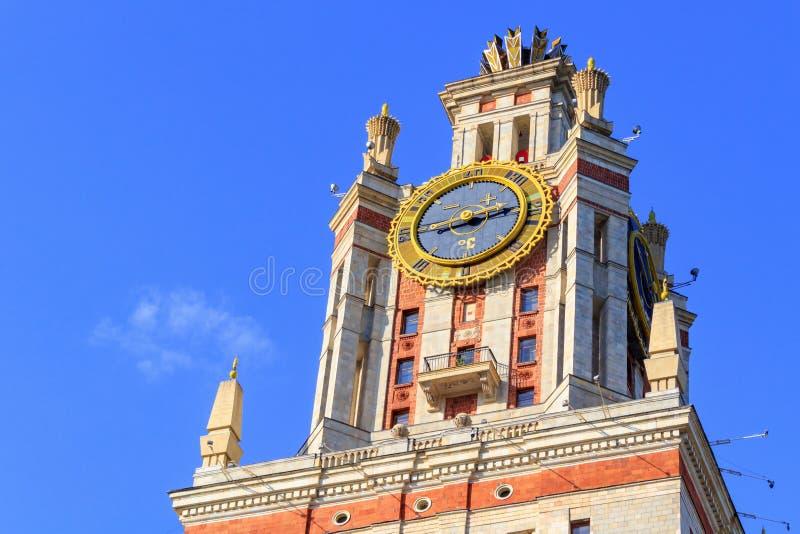 Elévese con el termómetro de la universidad de estado de Lomonosov Moscú MSU por la tarde soleada del verano contra el cielo azul foto de archivo