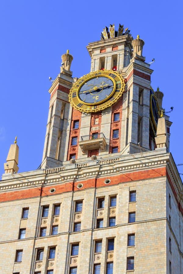 Elévese con el termómetro de la universidad de estado de Lomonosov Moscú MSU por la tarde soleada del verano en un fondo del ciel foto de archivo libre de regalías