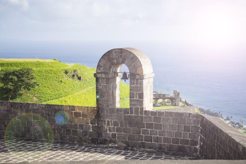 Elévese con la campana en la fortaleza de la colina del azufre, St San Cristobal, Indi del oeste foto de archivo libre de regalías