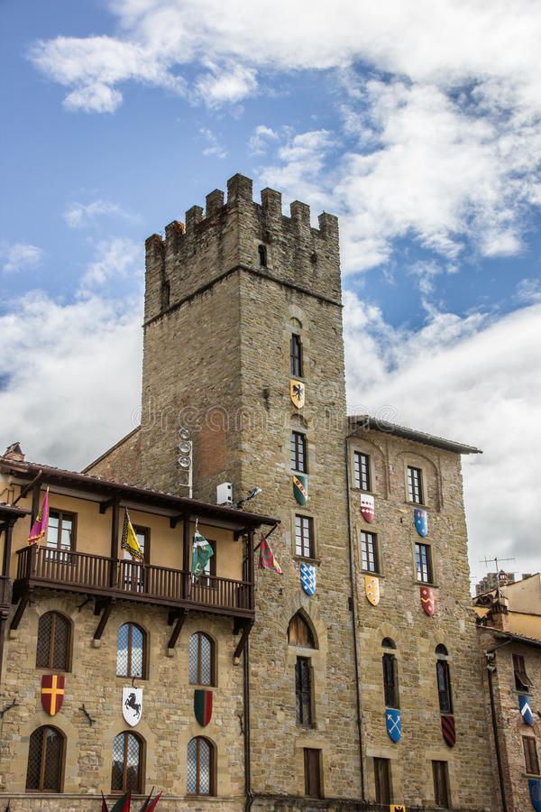 Elévese con las banderas y los escudos en Piazza Grande de Arezzo fotos de archivo