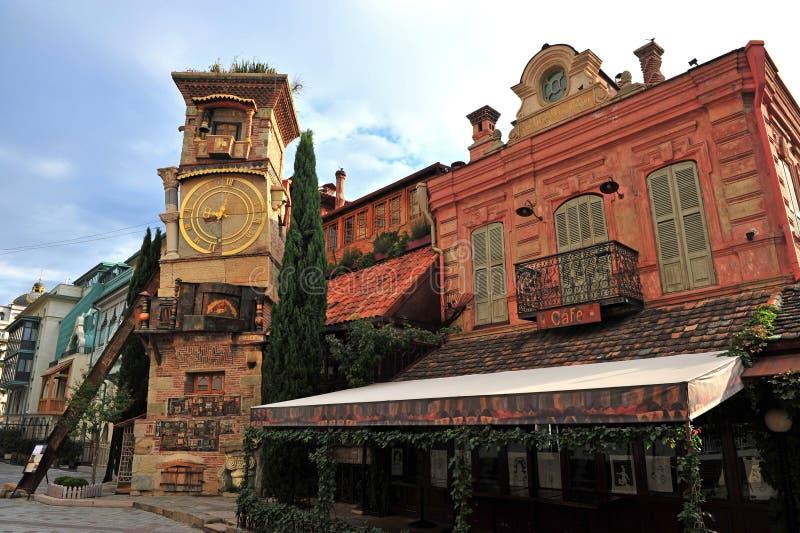 Elévese con un reloj en el centro de ciudad de Tbilisi fotos de archivo