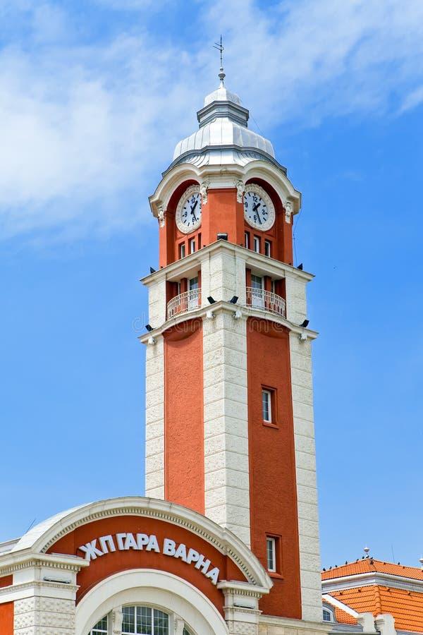 Elévese con un reloj en un edificio de la estación. Varna. imagen de archivo libre de regalías