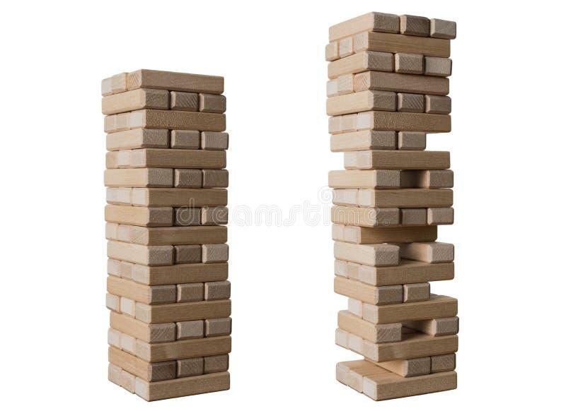 Elévese de los bloques de madera para el bloque que quita el juego aislado en el fondo blanco Concepto de riesgo y de estrategia  imagenes de archivo