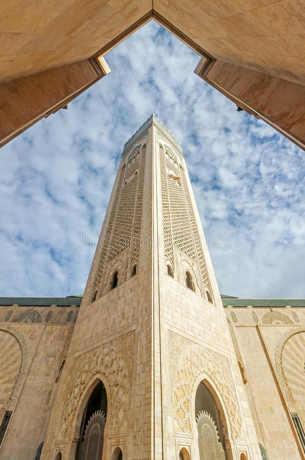 Elévese en cielo azul en la mezquita de Hassan II fotos de archivo libres de regalías