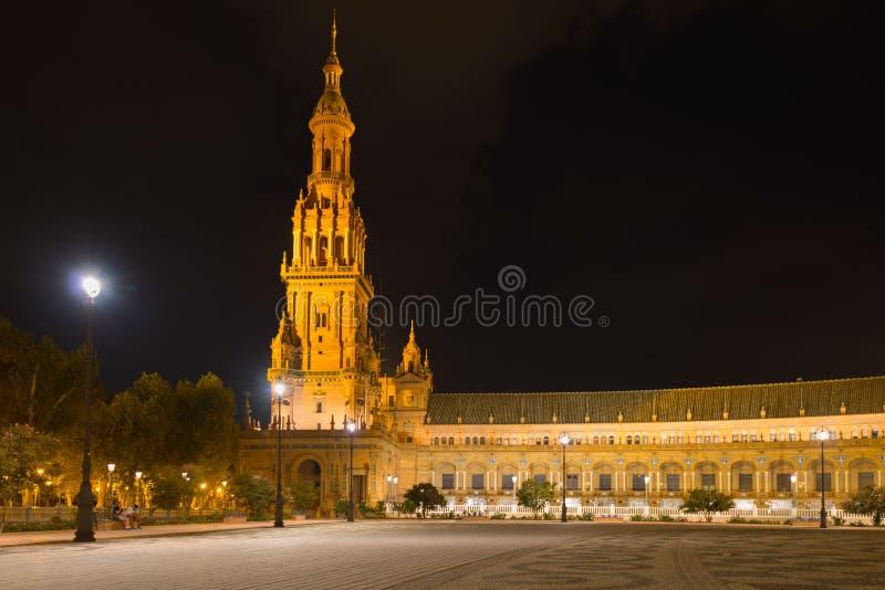 Elévese en el cuadrado de España en Sevilla en la noche fotos de archivo