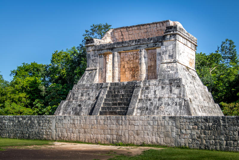 Elévese en el juego de pelota court juego de pelota en Chichen Itza - Yucatán, México fotografía de archivo libre de regalías