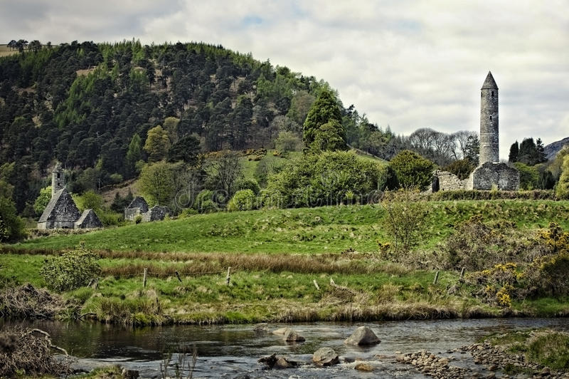 Elévese en Glendalough en tiempo del resorte y del otoño imagenes de archivo