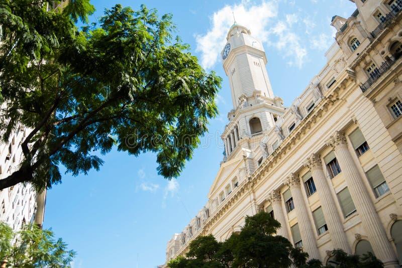Elévese en la ciudad con el cielo y el árbol hermosos fotografía de archivo libre de regalías