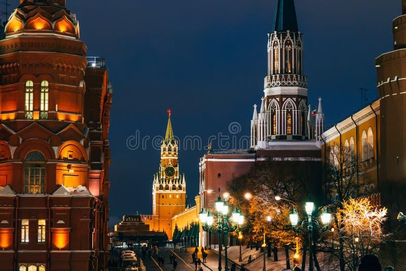Elévese en Plaza Roja en Moscú, Rusia en el invierno foto de archivo