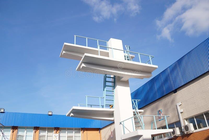Elévese para un salto en la piscina fotos de archivo libres de regalías