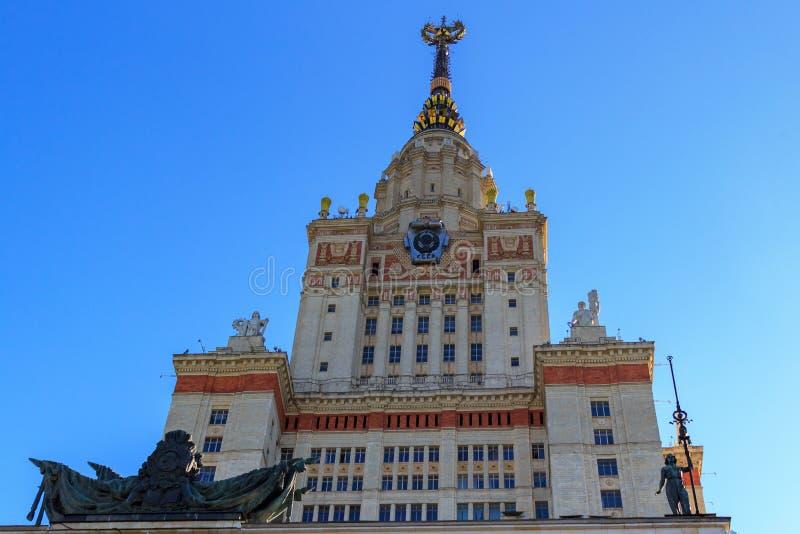 Elévese sobre la entrada al edificio principal de la universidad de estado de Lomonosov Moscú MSU en un fondo del cielo azul imagen de archivo libre de regalías