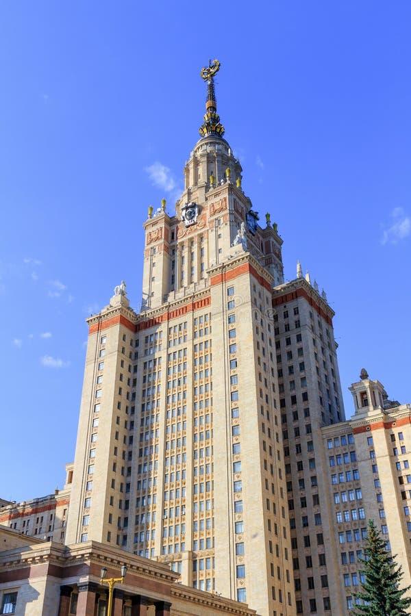 Elévese sobre la entrada a la universidad de estado de Lomonosov Moscú MSU en un fondo del cielo azul fotografía de archivo libre de regalías