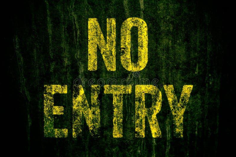 """el  de Entry†del """"No peligro señal adentro las letras amarillas pintadas sobre el muro de cemento sucio oscuro con el musgo  fotos de archivo libres de regalías"""