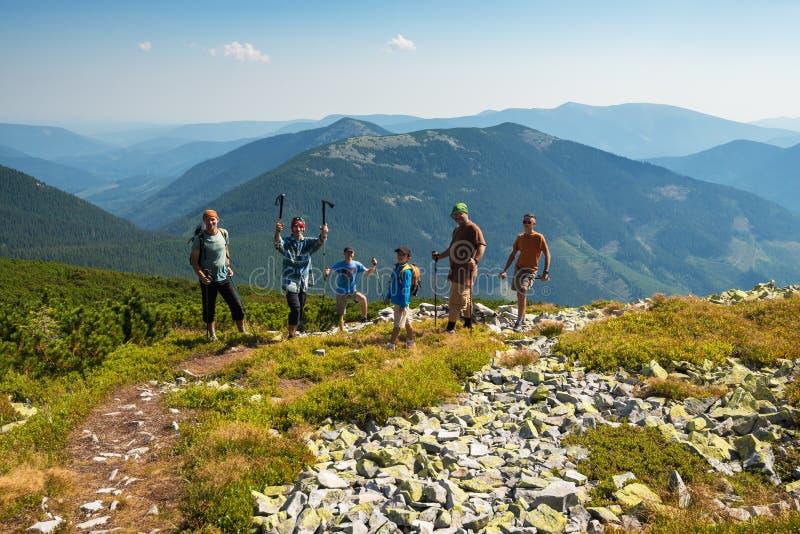 El ¡de Ð ompany de los amigos alegres, viajeros se coloca en las montañas imagenes de archivo