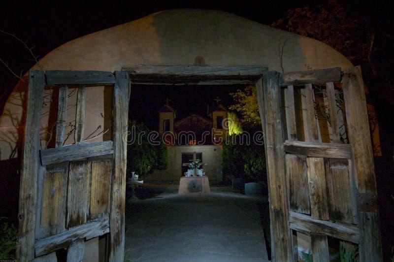 El ³ de El Santuario de Chimayà del hito histórico se pinta con la luz en una exposición de tiempo minuciosa del nightime 16 foto de archivo