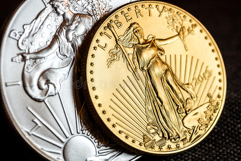 el águila de plata y el águila americana de oro una onza acuña imágenes de archivo libres de regalías