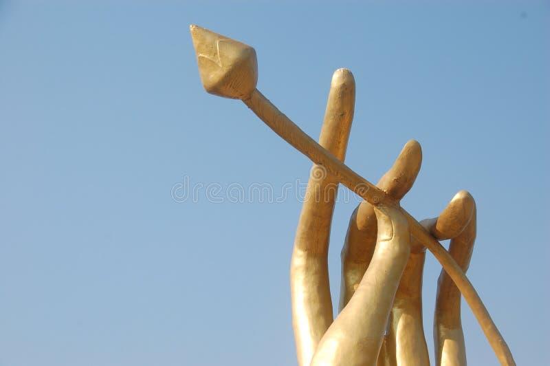 El ángel de la mano de la estatua tiene loto imagenes de archivo