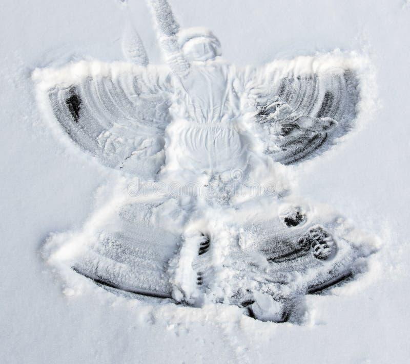 El ángel de la nieve hizo a mi niña foto de archivo libre de regalías
