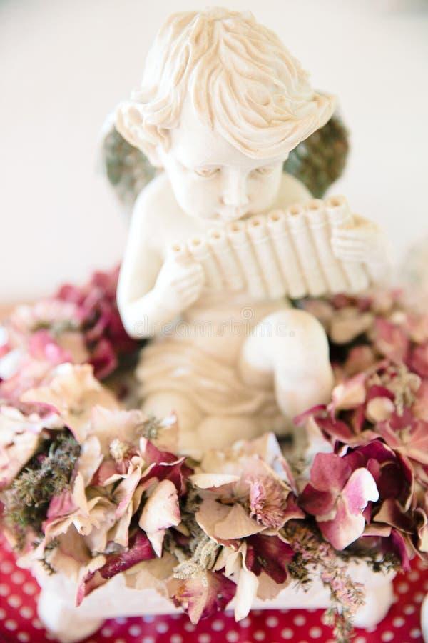 El ángel en la hortensia secada de Borgoña florece la decoración imagen de archivo libre de regalías