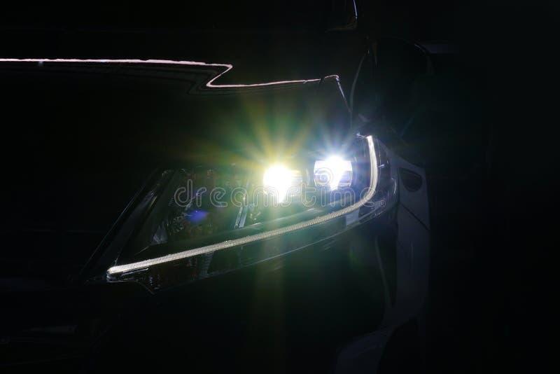 El ángel observa la lente de la óptica de la linterna del xenón que brilla intensamente fotos de archivo libres de regalías