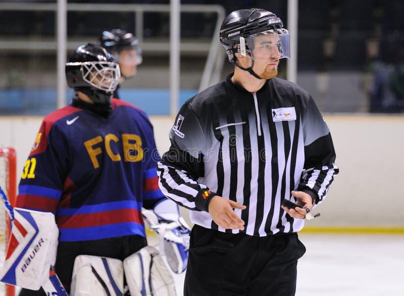 El árbitro en la acción en el final del hockey sobre hielo del Copa del Rey (taza española) fotos de archivo libres de regalías