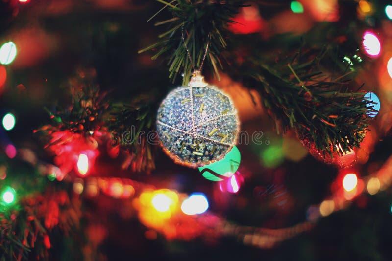 El árbol de abeto adornado con el ` s del Año Nuevo juega foto de archivo libre de regalías
