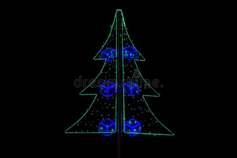 El árbol de navidad adornó la luz llevada colorida en noche imágenes de archivo libres de regalías