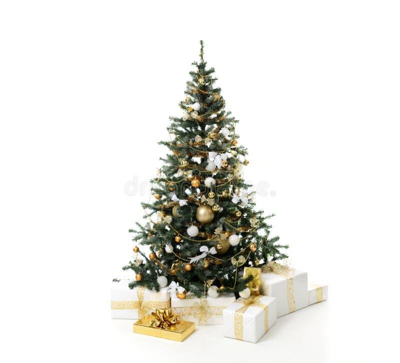 El árbol de navidad adornado con los corazones artificiales de la estrella del ornamento del remiendo del oro presenta por el Año fotografía de archivo