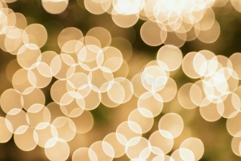 El árbol de navidad blanco enciende el fondo de Bokeh fotografía de archivo