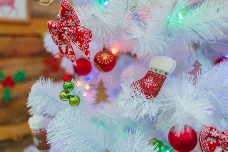 El árbol de navidad blanco se adorna con las guirnaldas y los juguetes de la Navidad Primer dentro foto de archivo libre de regalías