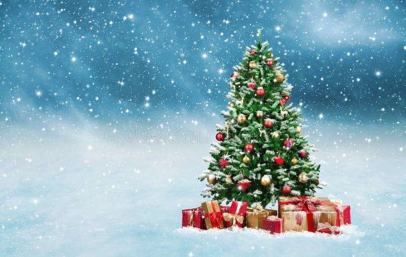 El árbol de navidad con de oro y rojo presenta en un paisaje nevoso del invierno stock de ilustración