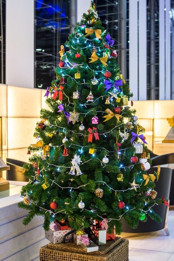 El árbol de navidad con la decoración colorida de los ornamentos, se prepara en sitio del partido imagen de archivo