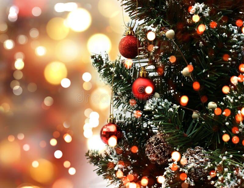 El árbol de navidad en bokeh enciende el fondo foto de archivo