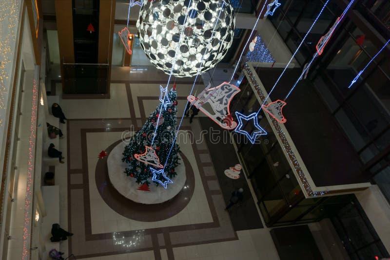 El árbol de navidad en los pabellones comerciales con perfume, muchas marcas bien conocidas de la fragancia presenta sus producto fotografía de archivo