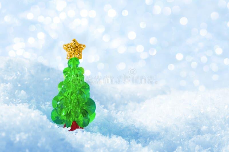 El árbol de navidad en nieve forma escamas fondo de las luces, árbol azul de Navidad fotos de archivo