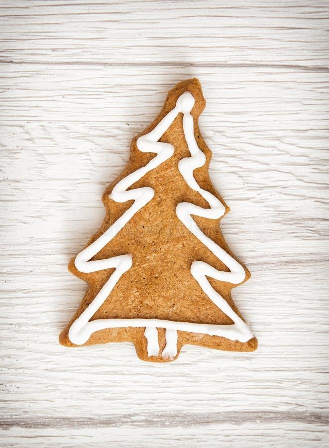 El árbol de navidad formó la galleta del pan de jengibre, la Navidad, feliz Cristo foto de archivo libre de regalías
