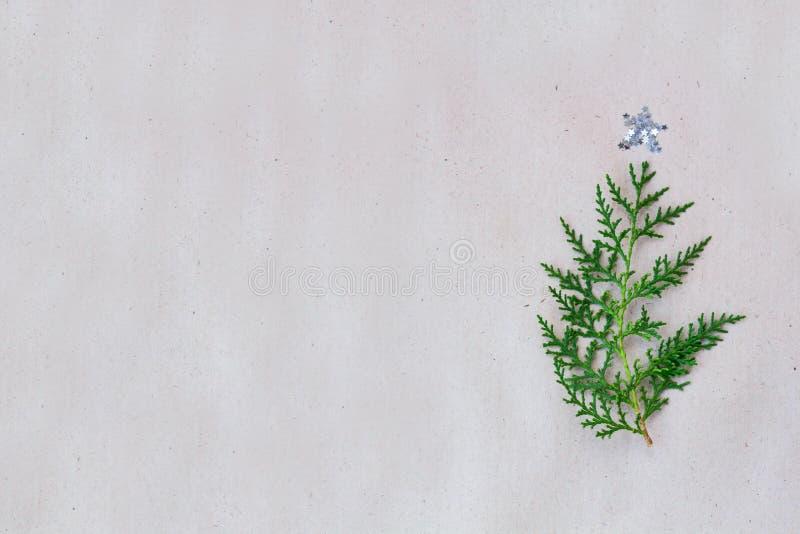 El árbol de navidad hecho de ramas del thuja y las decoraciones protagonizan en fondo rústico Concepto del Año Nuevo Endecha plan fotos de archivo libres de regalías