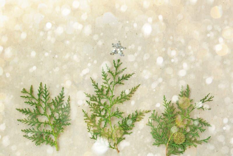 El árbol de navidad hecho de ramas del thuja y las decoraciones protagonizan en fondo rústico Concepto del Año Nuevo Endecha plan fotos de archivo
