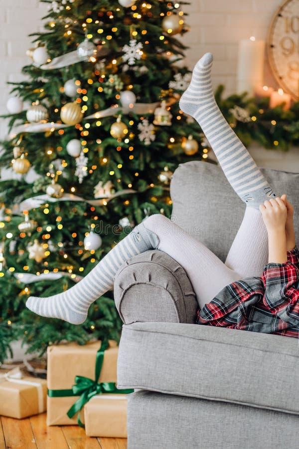 el árbol de navidad de la caja de regalo de la emoción del niño desata cintas fotos de archivo