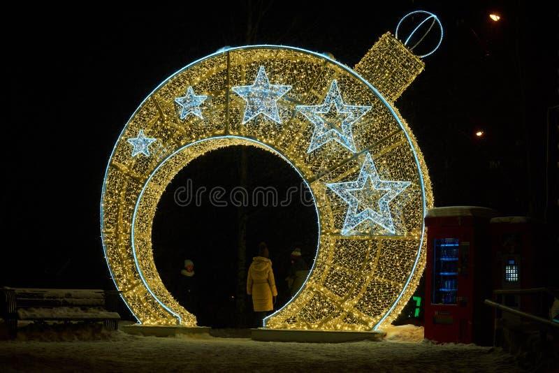 El árbol de navidad llevó la bola ligera imagenes de archivo
