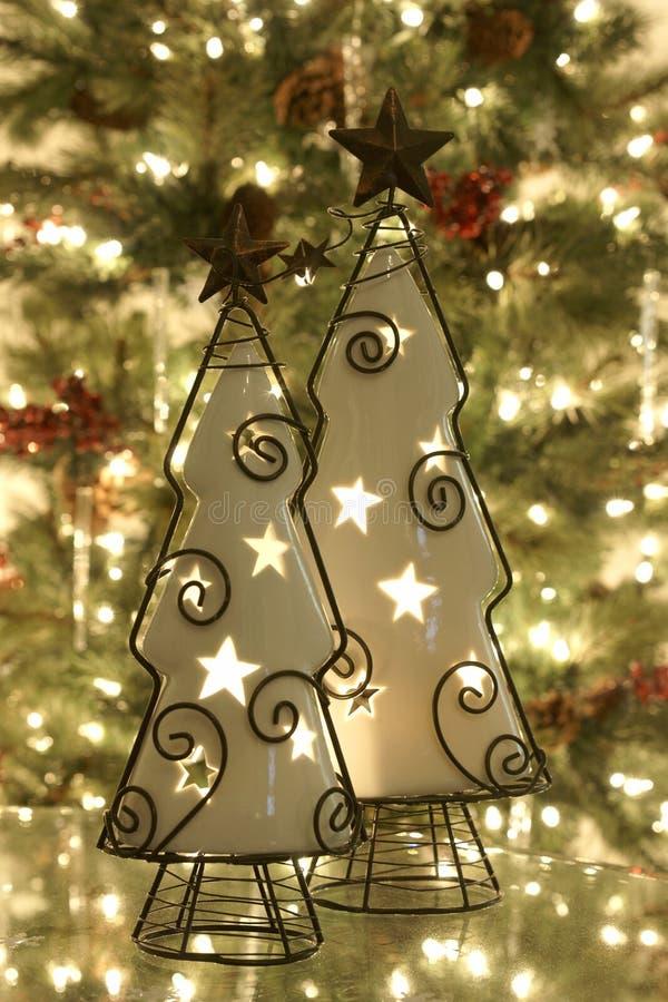 El árbol de navidad mira al trasluz los ornamentos fotos de archivo libres de regalías