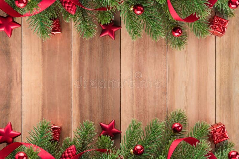 El árbol de navidad se va con los ornamentos rojos en el fondo de madera fotografía de archivo