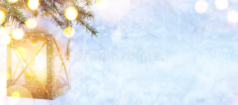 El árbol de navidad y los días de fiesta de la nieve se encienden en fondo azul del invierno imágenes de archivo libres de regalías