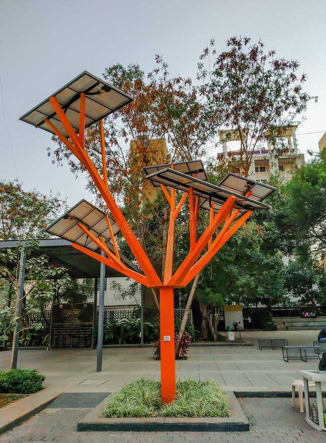 el árbol solar de la tecnología con los paneles solares arriba en Pune, maharashtra, la India tiró en octubre de 2018 imágenes de archivo libres de regalías