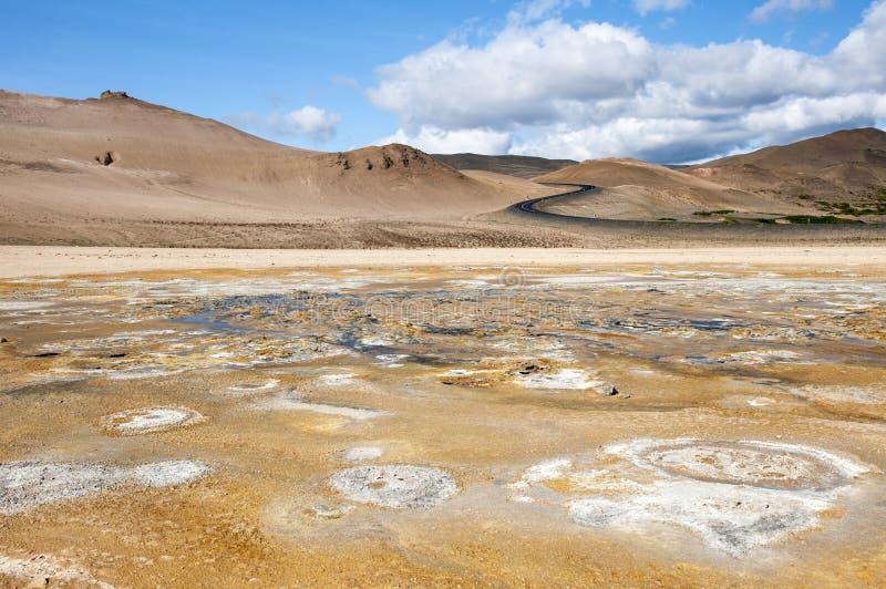 El área geotérmica Hverir, s formó el camino y la superficie multicolora, agrietada, Namafjall, Islandia imagen de archivo
